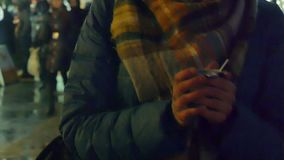 La mujer da sostener una taza de té caliente por la tarde fría del invierno en la Navidad justa almacen de video