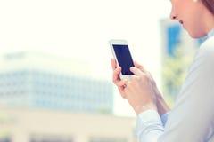 La mujer da sostener, usando el teléfono elegante, móvil Foto de archivo