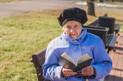 La mujer de 89 años está leyendo Imagenes de archivo