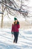 La mujer de la belleza que presentaba con gusto vistió en un día soleado de invierno Foto de archivo