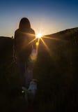 La mujer de celebración feliz del éxito que ganaba en la colocación de la puesta del sol o de la salida del sol regocijó con los  imágenes de archivo libres de regalías