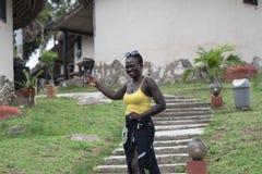La mujer de Ghana toma las fotos de sí misma fotografía de archivo