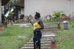 La mujer de Ghana toma las fotos de s? misma fotografía de archivo libre de regalías