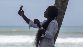 La mujer de Ghana toma las fotos de s? misma imagenes de archivo