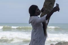 La mujer de Ghana toma las fotos de s? misma fotografía de archivo