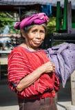 La mujer de Guatamalian lleva su bolso en Panajachel, Guatemala imagenes de archivo
