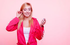 La mujer de la aptitud escucha la música mp3 relaja el gimnasio Fotografía de archivo