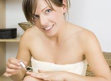 La mujer de la belleza está aplicando el pulimento de clavo Foto de archivo