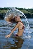 La mujer de la belleza se baña en el río imagen de archivo libre de regalías