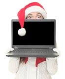 La mujer de la computadora portátil de la Navidad sorprendió Foto de archivo libre de regalías