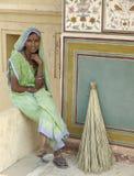 La mujer de la India tiene resto mientras que barre Fotografía de archivo