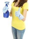 La mujer de la limpieza con la limpieza equipa el donante de los pulgares para arriba Fotos de archivo libres de regalías