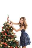 La mujer de la moda colgó a en el árbol de navidad Foto de archivo libre de regalías