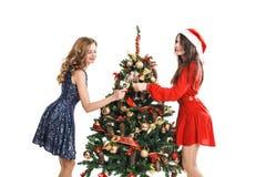La mujer de la moda colgó a en el árbol de navidad Fotos de archivo