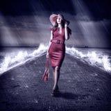 La mujer de la moda de los jóvenes está en el embarcadero durante tormenta Fotografía de archivo libre de regalías