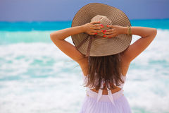 La mujer de la moda de los jóvenes se relaja en la playa Imagenes de archivo