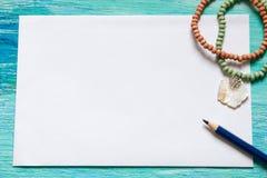 La mujer de la moda del esencial se opone en fondo de madera de la turquesa Imágenes de archivo libres de regalías