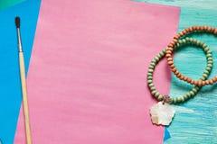 La mujer de la moda del esencial se opone en fondo de madera de la turquesa Fotografía de archivo
