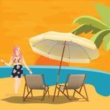 La mujer de la muchacha en puesta del sol que espera de la playa de la playa para con la silla y el paraguas se relajan disfrutan Fotografía de archivo libre de regalías