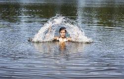 La mujer de la natación hace una fuente de agua Fotos de archivo libres de regalías