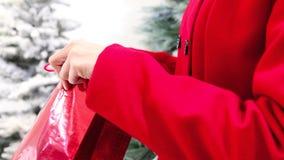 La mujer de la Navidad abre el bolso con el regalo almacen de metraje de vídeo