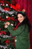 La mujer de la Navidad adorna el árbol Imagenes de archivo