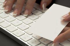 La mujer de la oficina está dando una tarjeta blanca de la visita Imagen de archivo libre de regalías