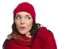 La mujer de la raza mixta sombrero que lleva las manoplas y mira para echar a un lado Imagen de archivo libre de regalías