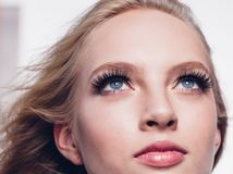 La mujer de las pestañas que los ojos hacen frente cerca para arriba con los latigazos largos hermosos está imagen de archivo libre de regalías