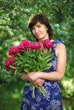 La mujer de los años medios con las flores Foto de archivo libre de regalías