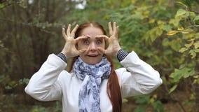 La mujer de mediana edad caucásica pelirroja hace muecas metrajes