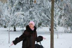 La mujer de mediana edad hermosa está bromeando y se está divirtiendo en parque foto de archivo