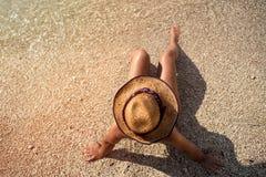 La mujer de la moda de los jóvenes se relaja en la playa imágenes de archivo libres de regalías