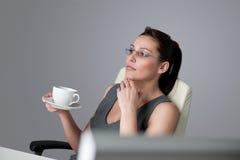 La mujer de negocios acertada piensa en la oficina Fotografía de archivo libre de regalías