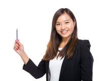La mujer de negocios asiática con la pluma señala Imagen de archivo libre de regalías