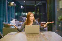 La mujer de negocios asiática confundida, gesticulando no conoce la muestra, en mí foto de archivo