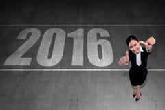 La mujer de negocios asiática dice la Feliz Año Nuevo 2016 Foto de archivo