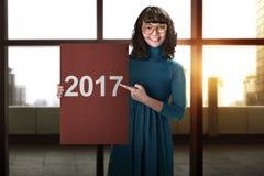 La mujer de negocios asiática dice la Feliz Año Nuevo 2017 Imagen de archivo libre de regalías