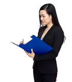 La mujer de negocios asiática escribe en el tablero Imagenes de archivo
