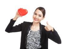 La mujer de negocios asiática manosea con los dedos para arriba con el corazón rojo Fotografía de archivo libre de regalías