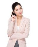 La mujer de negocios asiática piensa en idea Fotografía de archivo