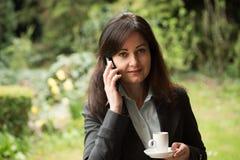 La mujer de negocios bebe el café fotos de archivo libres de regalías
