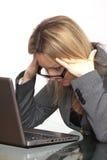 La mujer de negocios cansada está mirando el cuaderno Foto de archivo libre de regalías