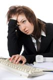 La mujer de negocios cansada trabaja en el ordenador Fotografía de archivo libre de regalías