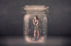 La mujer de negocios capturó en el tarro de cristal con los medios iconos dibujados mano Fotos de archivo libres de regalías