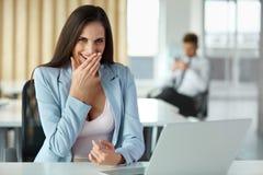 La mujer de negocios celebra algo en su lugar de trabajo Imagenes de archivo