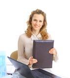 La mujer de negocios comprueba los informes Imagen de archivo libre de regalías