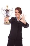 La mujer de negocios con el trofeo hace gesto aceptable fotos de archivo