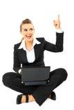 La mujer de negocios consiguió idea mientras que se sentaba con la computadora portátil Imagen de archivo