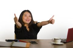 La mujer de negocios coreana asiática feliz y hermosa joven que celebraba el logro acertado del trabajo excitó el donante del pul fotos de archivo libres de regalías